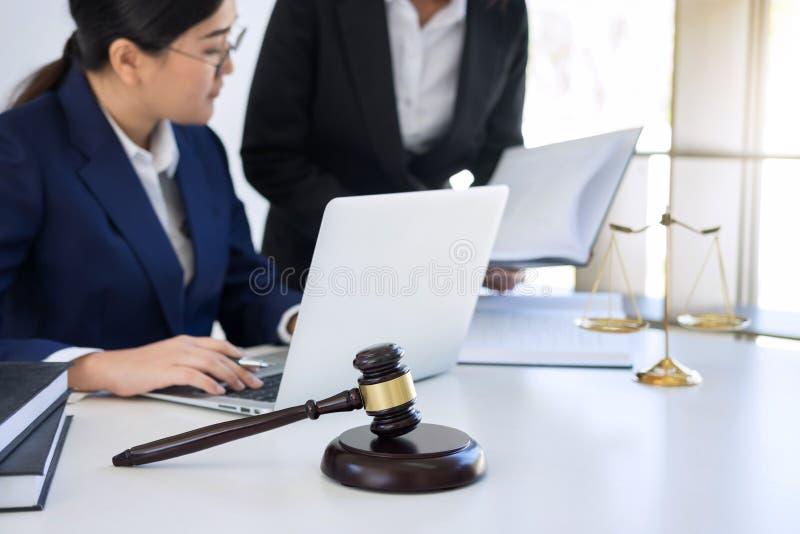 企业工作有的专业女性律师律师同事、咨询和会议配合在律师事务所  图库摄影