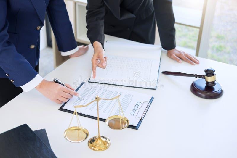 企业律师同事、咨询和confere配合  图库摄影