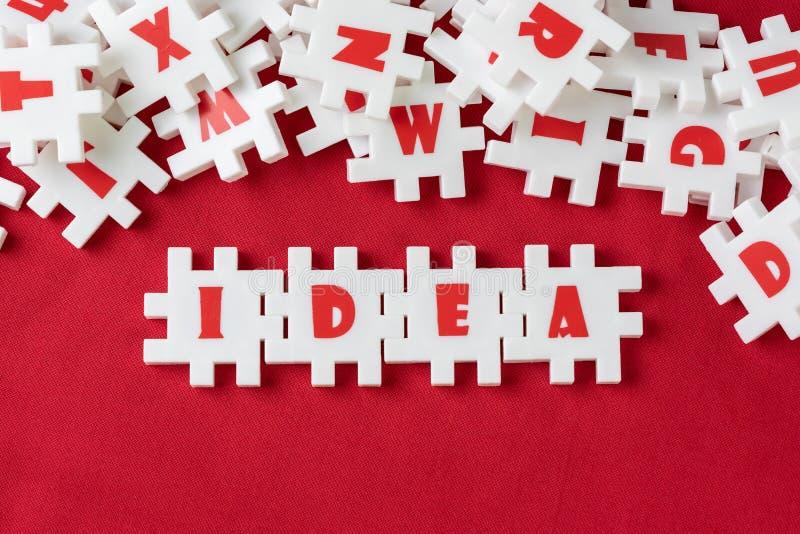 企业想法、创造性和想象力概念,有字母表的丰盈白色难题竖锯结合词想法和其他信件 免版税库存图片