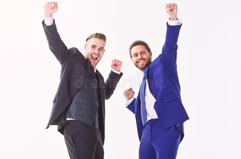 企业成就概念 办公室聚会 庆祝成功的成交 人愉快情感庆祝有益的成交 库存照片