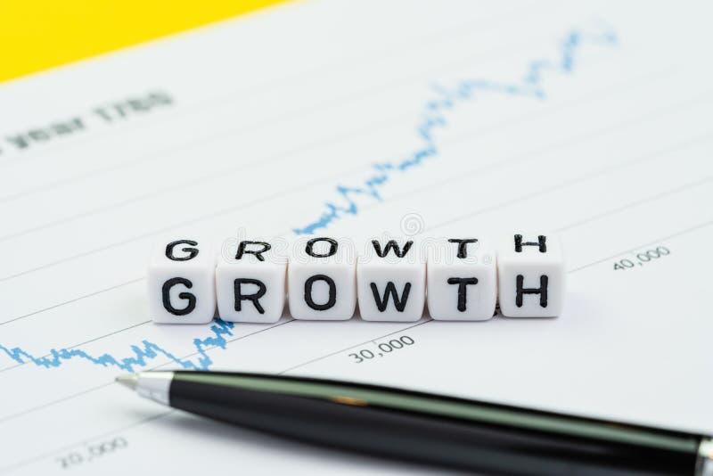 企业成长或退回在投资概念,建立在高正面图和图表的立方体块的增量词成长 库存照片