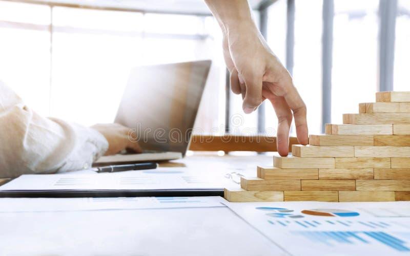 企业成长概念,努力工作人的雇员 图库摄影