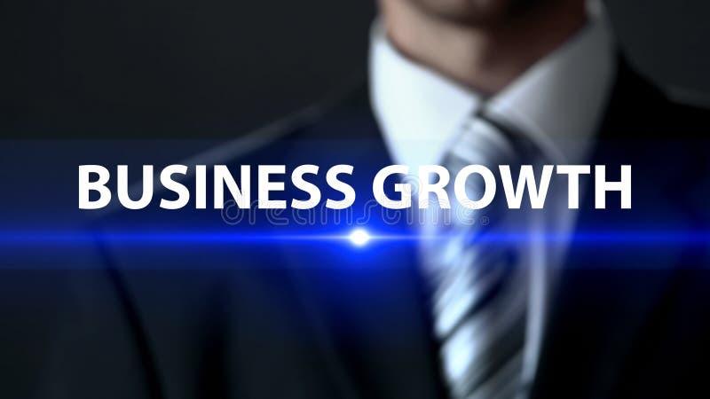 企业成长,站立在屏幕企业概念前面的正式衣服的人 库存图片