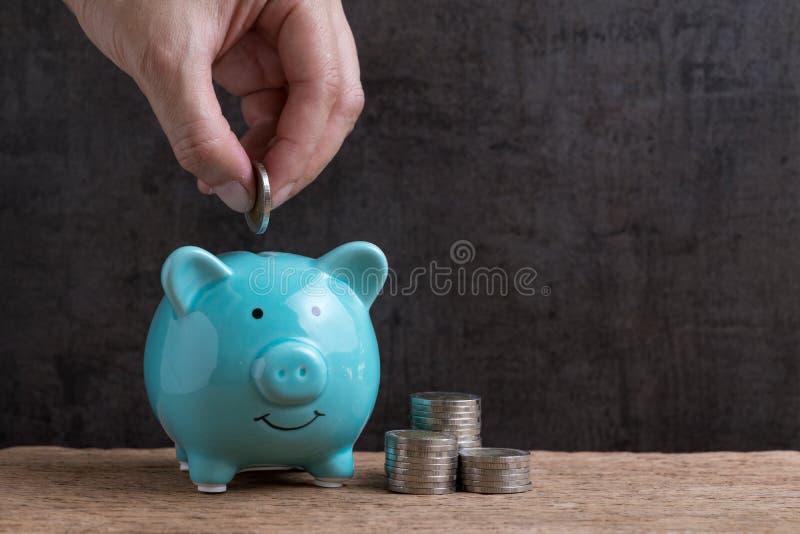 企业或财务挽救概念用放硬币的手入b 图库摄影