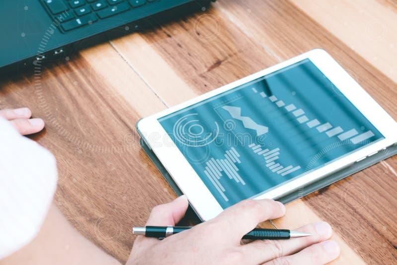 企业技术概念,商人手用途片剂骗局 免版税库存照片
