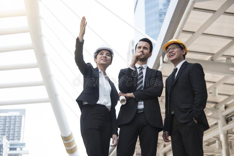 企业拿着结构图的工程师手 免版税库存照片