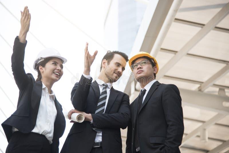 企业拿着结构图的工程师手 免版税库存图片