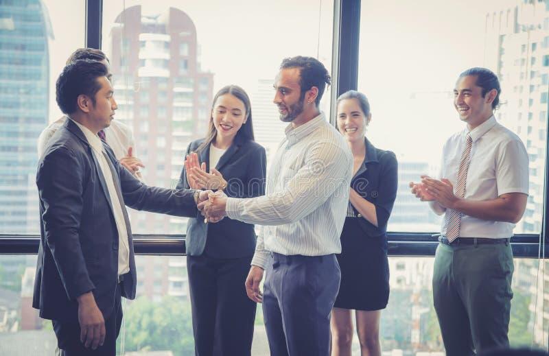 企业握手和商人 祝贺的商业主管 免版税库存照片