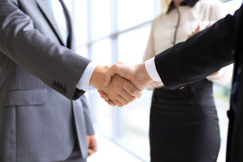 企业握手在会议或交涉上在办公室 伙伴是满意的,因为签合同或财政 免版税库存照片