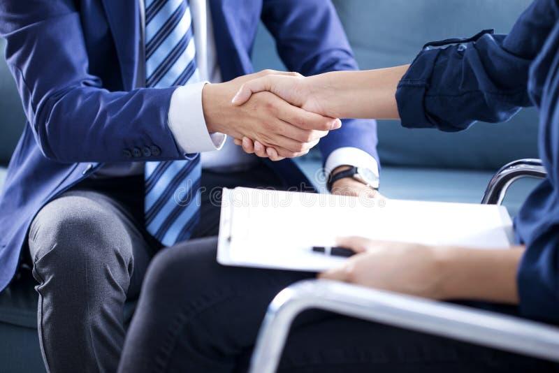 企业握手在办公室 库存照片