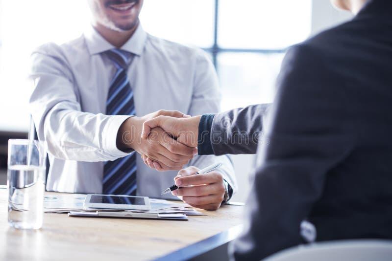 企业握手在办公室 库存图片