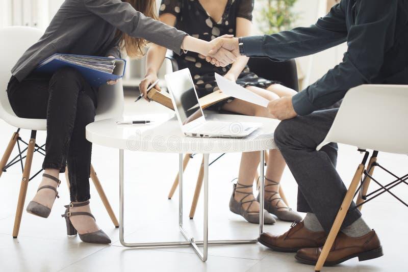 企业握手在办公室 免版税库存照片