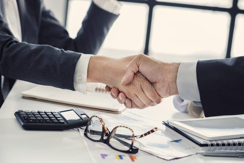 企业握手在办公室 免版税库存图片