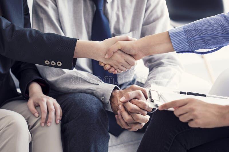 企业握手在办公室 免版税图库摄影