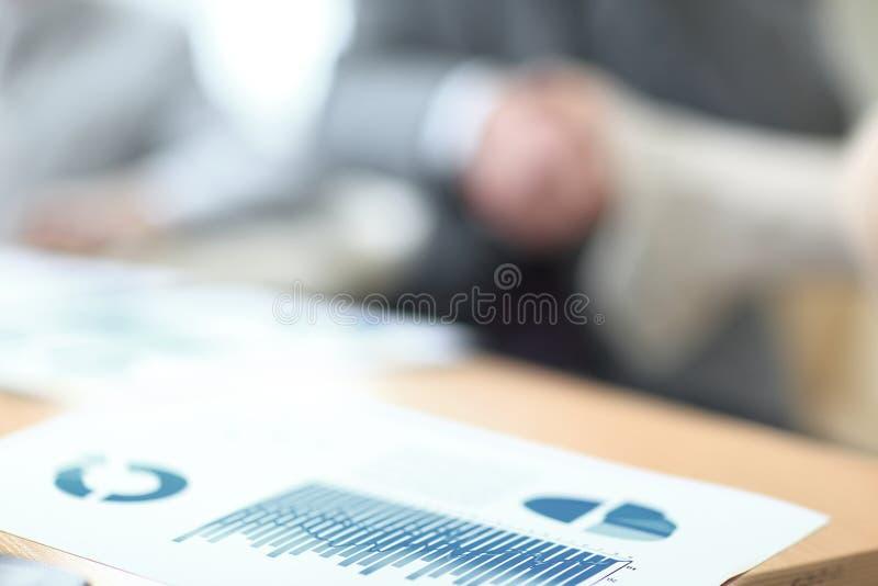 企业握手的背景图象在桌面上的 另外的背景企业格式 免版税图库摄影