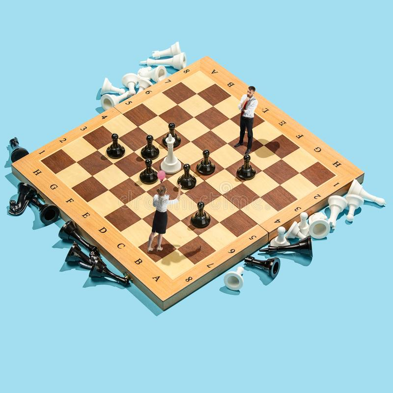 企业政策制定概念 微型人民:走小商人的形象站立和在棋枰与 免版税库存图片