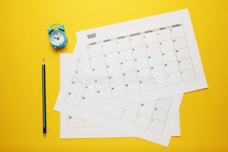 企业日历、铅笔和时钟 日期提示,办公室日程表 免版税库存图片