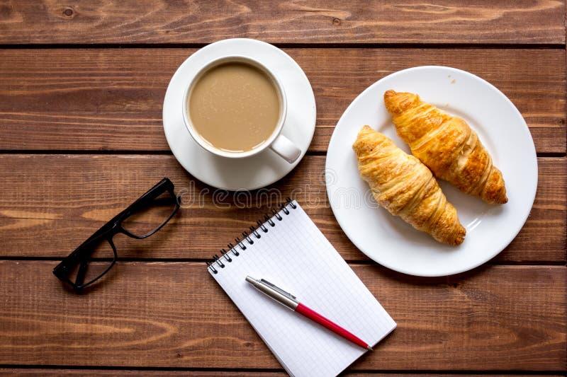 企业早餐用咖啡和croussant顶视图 库存照片