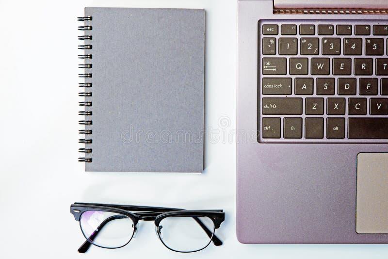 企业有笔记薄的,现代玻璃, k工作地点顶视图  免版税库存照片