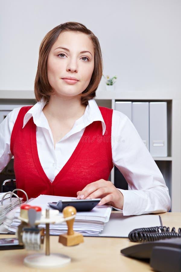 企业服务台她坐的妇女 免版税库存照片
