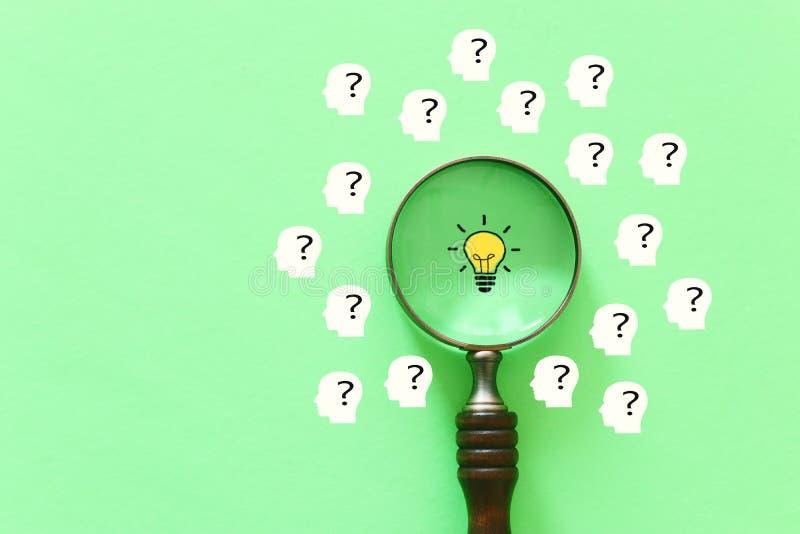 企业概念图象 放大镜和灯 除了别的以外发现最佳的想法和启发 库存图片