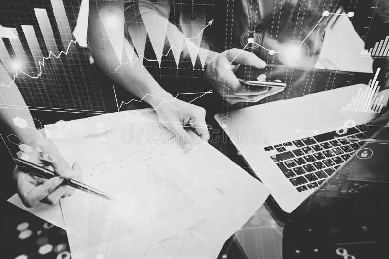 企业概念照片 投资管理人员会议  妇女签署文件 拿着智能手机的人,使用膝上型计算机 图象 库存照片
