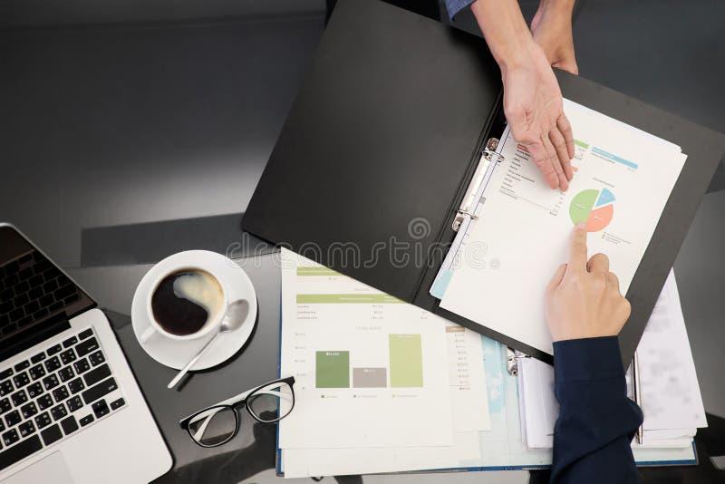 企业概念秘书展示报告顶视图照片  免版税库存图片