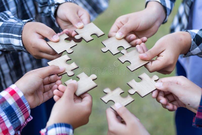 企业概念,小组商人聚集的拼图和代表队支持和帮助togethe 免版税库存图片
