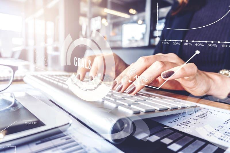 企业概念,工作在有温暖fal的办公室的女商人 免版税库存照片