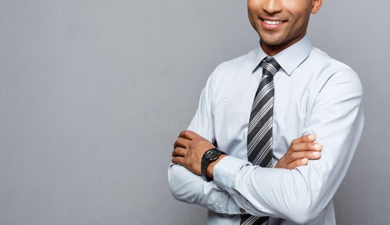 企业概念-愉快的专业非裔美国人的横渡的商人确信的胳膊 库存图片