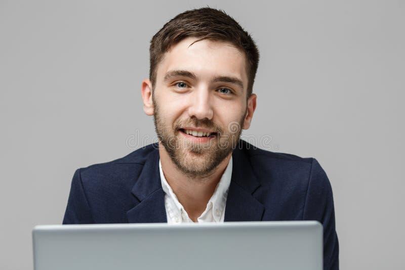 企业概念-演奏有微笑的确信的面孔的画象英俊的商人数字式笔记本 奶油被装载的饼干 复制Spac 免版税库存图片