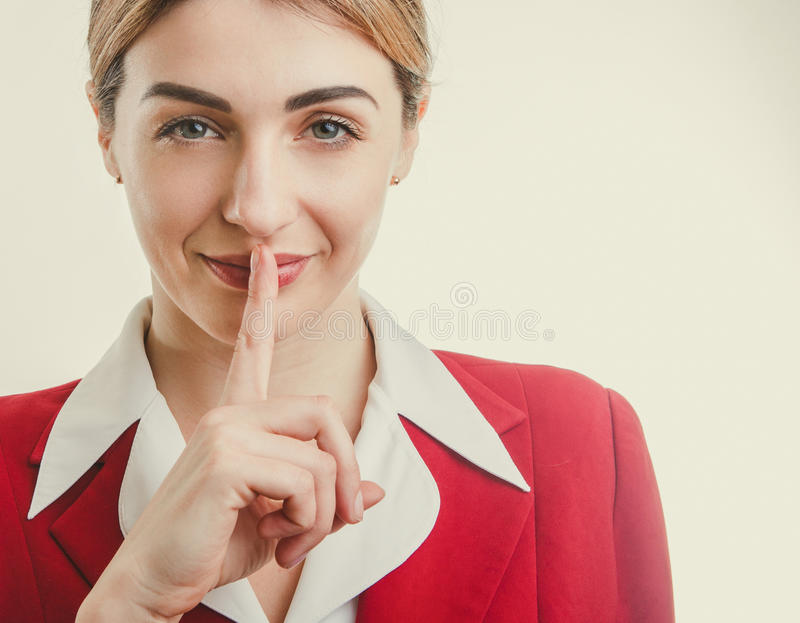 企业概念-红色夹克的夫人 沈默的秘密 免版税库存照片