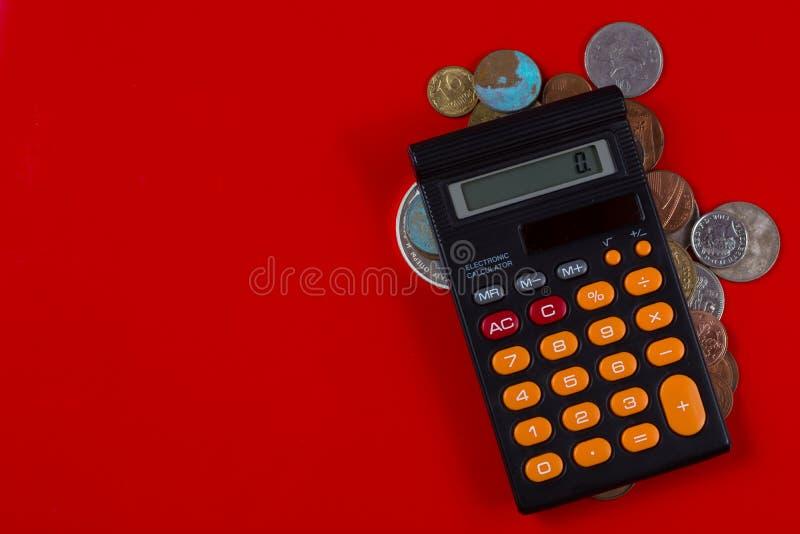 企业概念-计算器和硬币 库存照片