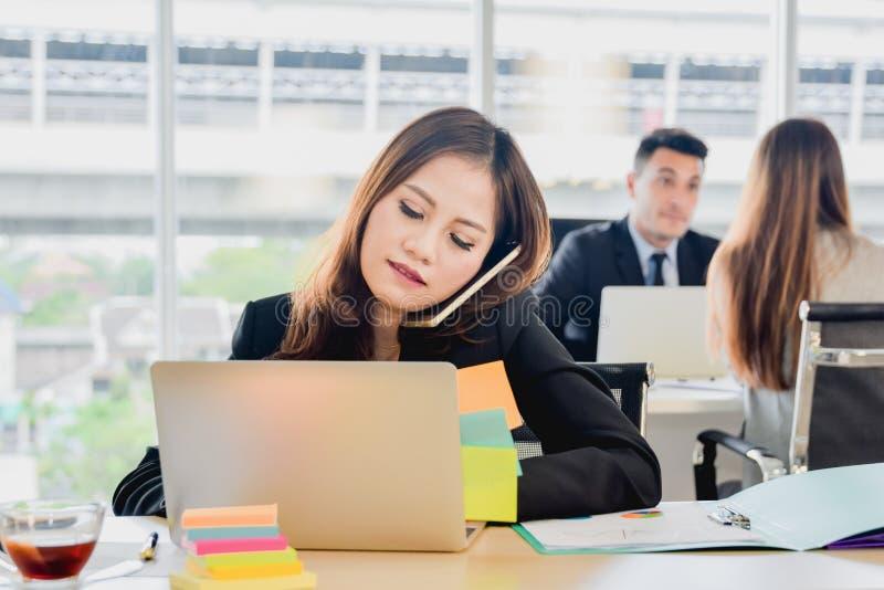企业概念Talking On The Phone在办公室,女商人秘书在工作在办公室 免版税库存图片