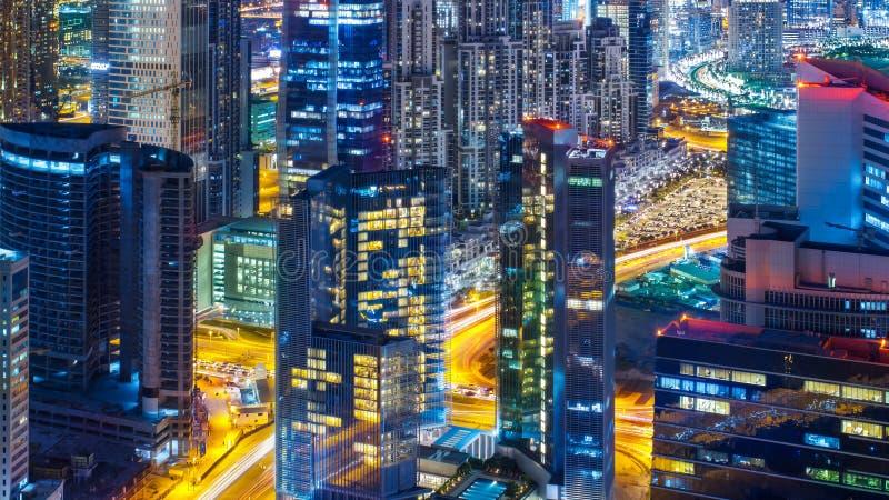 企业海湾建筑学在与有启发性大厦的夜,迪拜,阿联酋之前 免版税库存图片