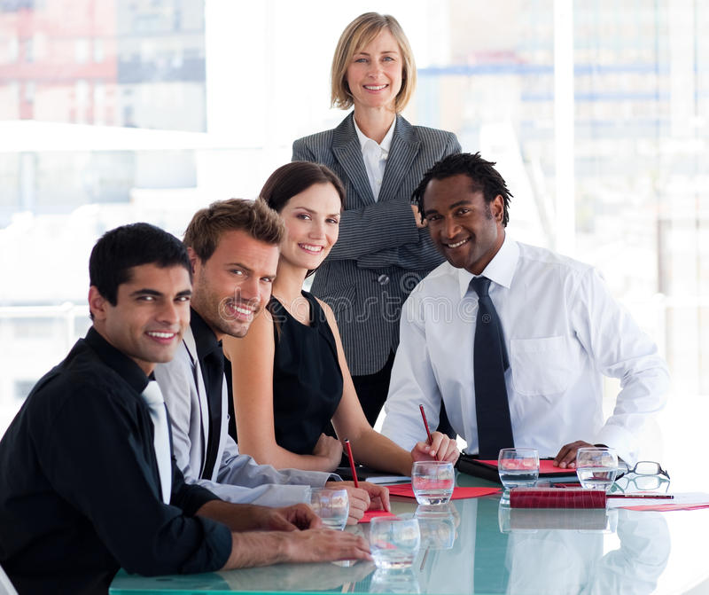 企业照相机办公室微笑的小组 免版税图库摄影