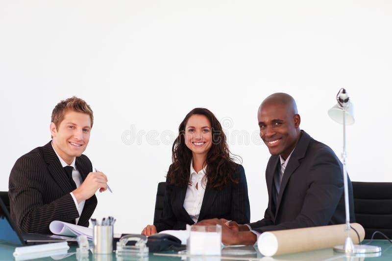 企业照相机微笑的会议人 免版税库存照片
