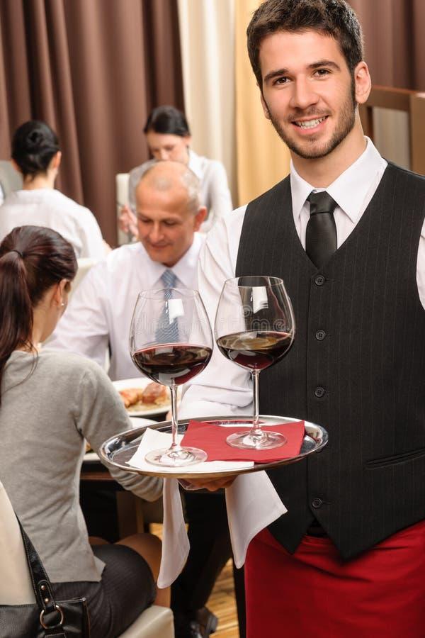 企业玻璃拿着午餐餐馆等候人员酒 免版税图库摄影