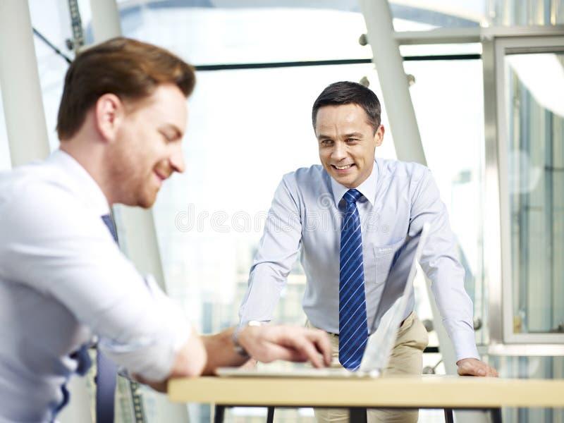 企业生意人女实业家办公室其他一人给一起联系二打电话运作 库存照片