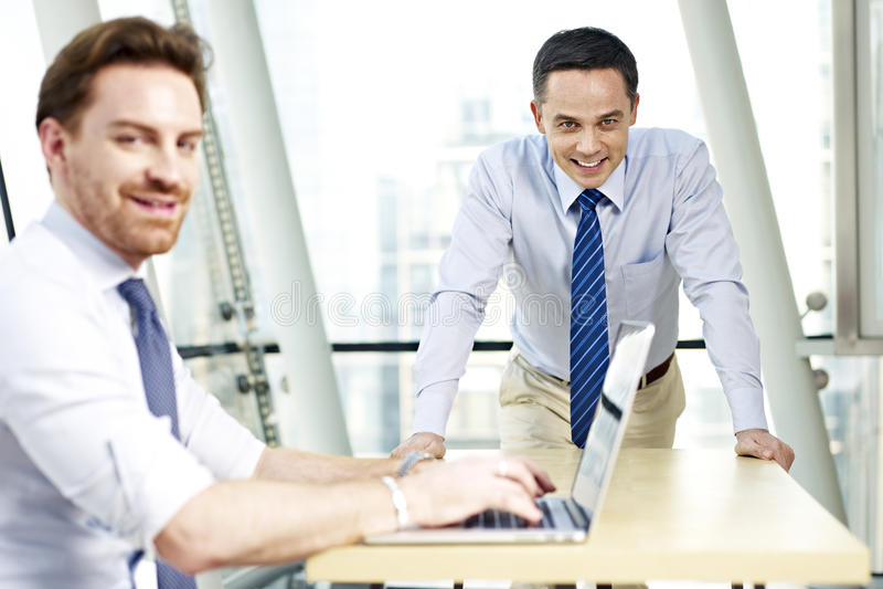 企业生意人女实业家办公室其他一人给一起联系二打电话运作 免版税库存图片