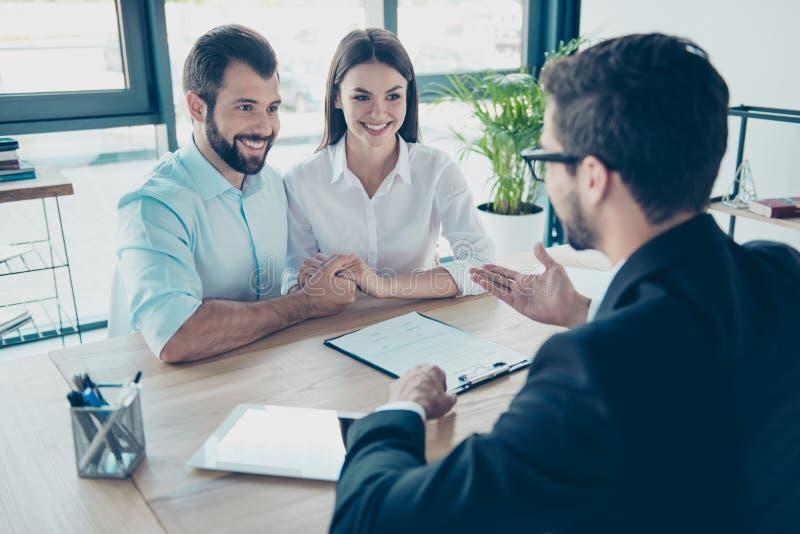 企业生意人cmputer服务台膝上型计算机会议微笑的联系与使用妇女 愉快的夫妇买新房,年轻bearde 免版税图库摄影