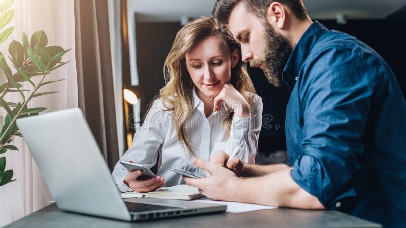 企业生意人cmputer服务台膝上型计算机会议微笑的联系与使用妇女 配合 坐在膝上型计算机前面的桌上的女实业家和商人 在线教育 免版税库存照片