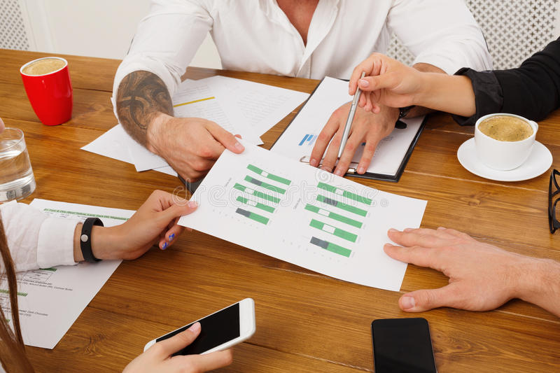 企业生意人cmputer服务台膝上型计算机会议微笑的联系与使用妇女 递与图纸的特写镜头 图库摄影