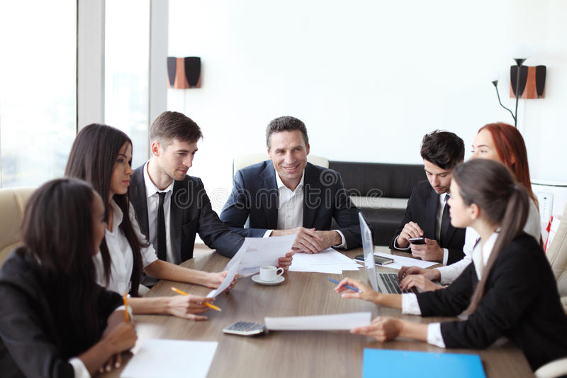 企业生意人cmputer服务台膝上型计算机会议微笑的联系与使用妇女 库存图片