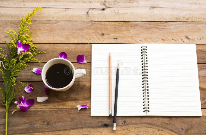 企业的笔记本计划者与热的咖啡浓咖啡一起使用 免版税库存照片