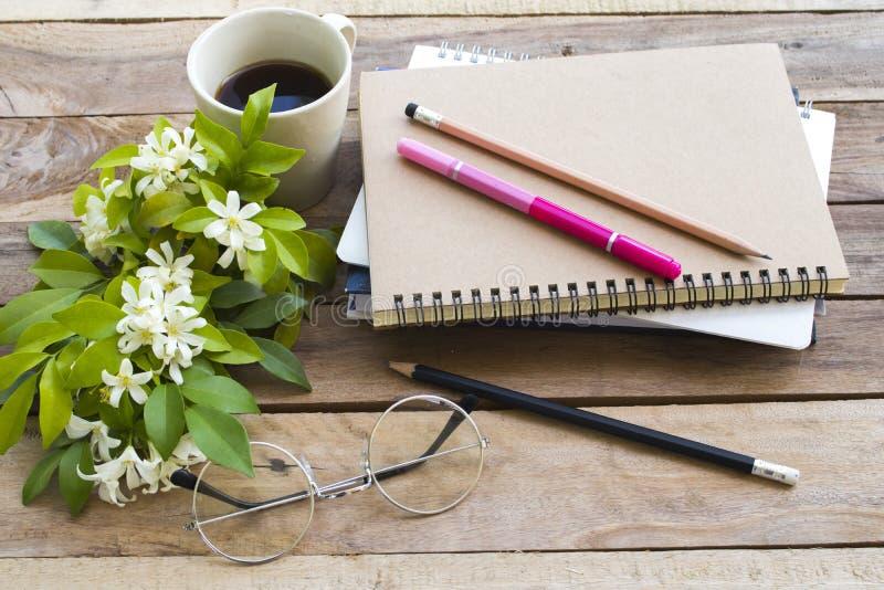企业的笔记本计划者与热的咖啡浓咖啡一起使用 免版税库存图片
