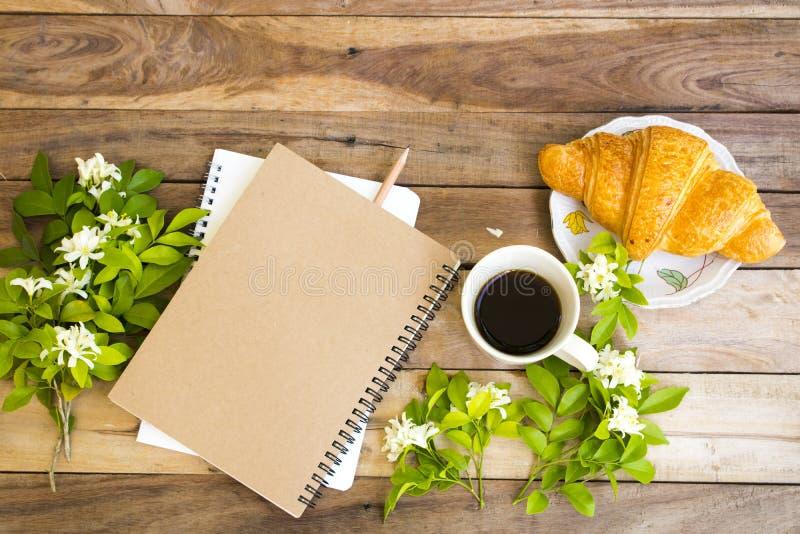 企业的笔记本计划者与热的咖啡浓咖啡一起使用 库存照片