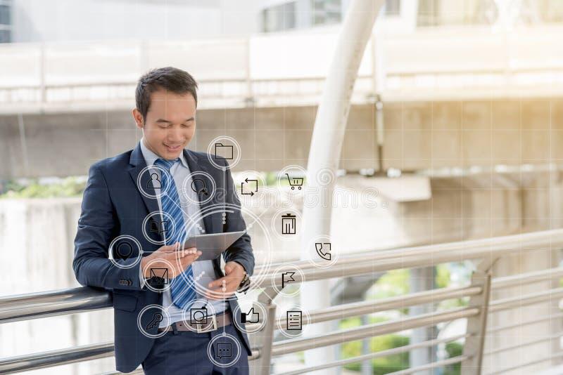 企业社会连接概念:使用机动性的商人 库存照片