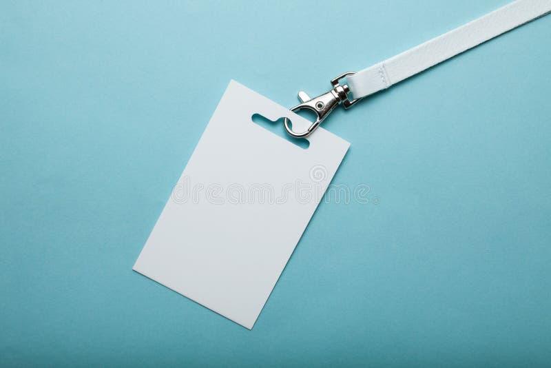 企业空白ID标记或名片在一条短绳在陈列或会议 ?? 免版税图库摄影
