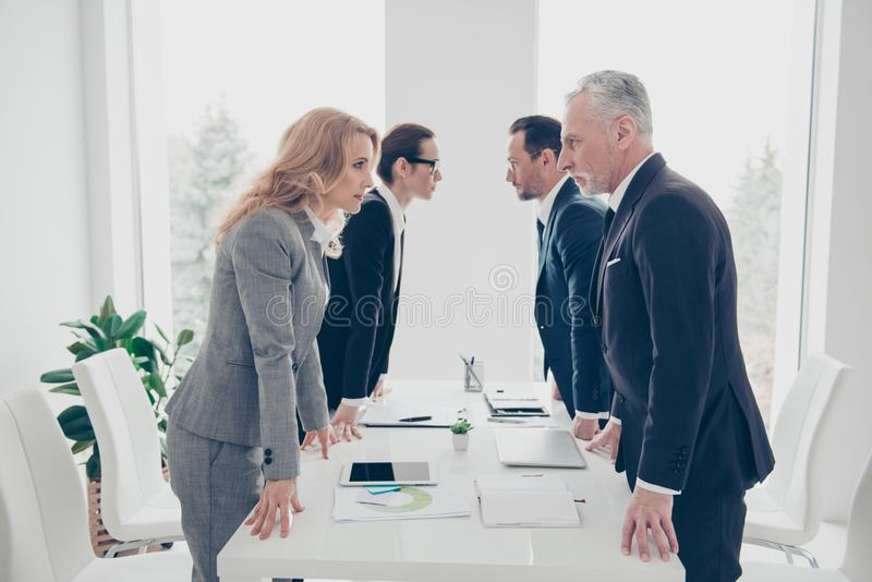 企业竞争,衣服hav的四个时髦的企业人 图库摄影